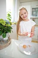 Kind schält Ei in der Küche