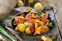Fried potatoes with chanterelles and sausages