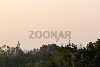 Aussicht vom Turm der Wallwitzburg über Bäume Richtung Dessau im Herbst