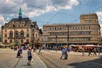 halle saale, deutschland - 17.06.2019 - marktplatz mit altem stadthaus