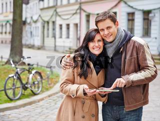 Touristen nutzen Tablet PC zur Navigation