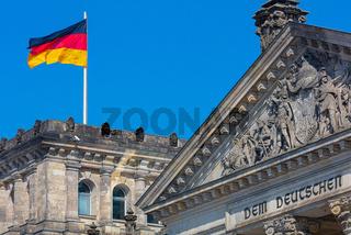 Berlin: wehende Flagge der Bundesrepublik auf dem Reichstag, Parlament, Demokratie