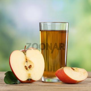 Gesunder Apfelsaft Getränk mit rotem Apfel im Herbst