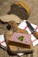 hausgemachte Terrine auf Holz
