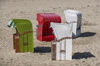 Bunte Strandkörbe am Strand von Utersum, Föhr