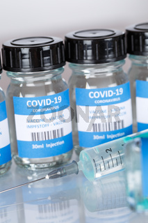 Impfstoff Coronavirus Corona Virus Spritze COVID-19 Covid Impfung Vaccine Hochformat