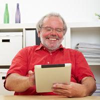Senior schaut auf Tablet Computer