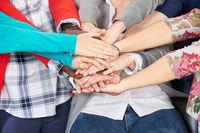 Schüler stapeln Hände zur Motivation