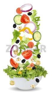 Fallende Salat Zutaten in Schüssel mit Tomate, Gurke, Zwiebel und Paprika