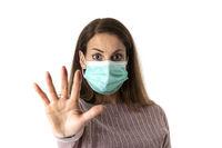 verängstigte Frau mit einer Maske auf weiß