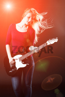 frau spielt e-gitarre
