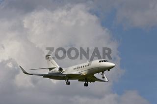 Flugzeug Dassault Falcon 2000LX  der Fluggesellschaft Jet Aviation Business Jets im Anflug auf den Flughafen Genf