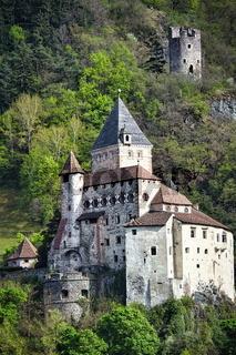 Die Trostburg Waidbruck inmitten der Landschaft in Südtirol