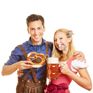 Paar feiert Oktoberfest mit Bier in Bayern