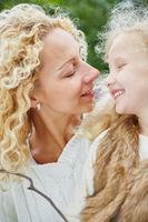 Mutter und Kind reden miteinander