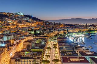 Blick auf die Stadtviertel Posillipo und Vomero in Neapel