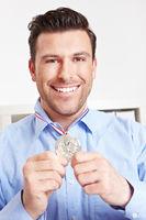 Mann mit Silbermedaille