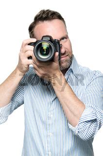 Männlicher Fotograf fokussiert