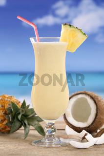 Pina Colada Cocktail am Strand