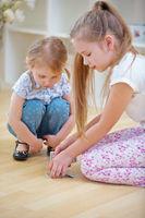 Kinder mischen Karten vor Spiel auf Boden