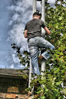 Mann klettert die Rinne hoch