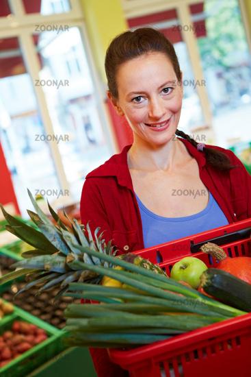 Ältere Frau im Supermarkt
