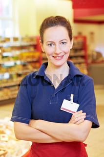 Ältere Marktleiterin im Supermarkt