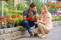 Frau redet mit Gärtner in Gärtnerei