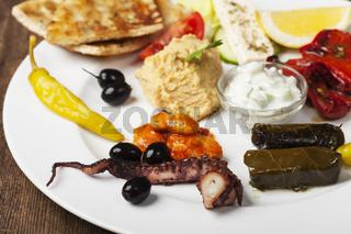 griechischen Vorspeisen auf einem Teller