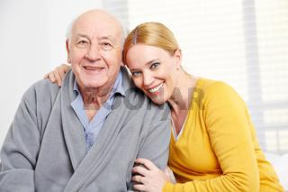 Familie mit Frau und einem Senioren