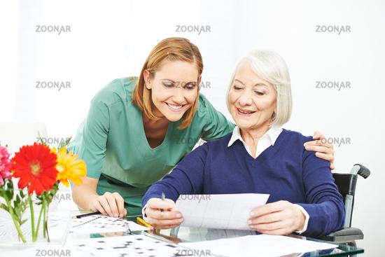 Seniorin macht Gedächtnistraining im Pflegeheim