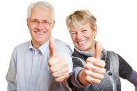 Senioren gratulieren mit Daumen hoch