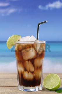 Cola Getränk mit Limetten am Strand im Urlaub
