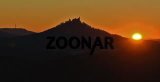 Hohenzollern und Plettenbergturm bei Sonnenuntergang