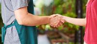 Handschlag zwischen Arbeiter und Frau