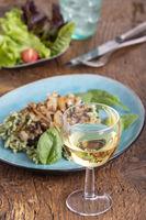 Weißwein und Spätzle auf Holz