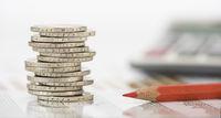 Euro Münzstapel und Taschenrechner