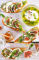 Bruschetta with mozzarella, arugula and figs, seasoned with honey and spices