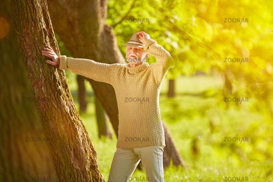Senior beim Wandern im Wald im Herbst