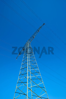 Strommast bei wolkenlosem blauen Himmel