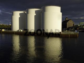 Öltanks am Ufer
