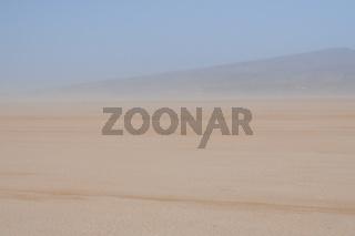 Sandsturm auf dem Salzsee Lac Iriki