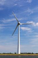 Windrad vor blauem Himmel mit Wolken