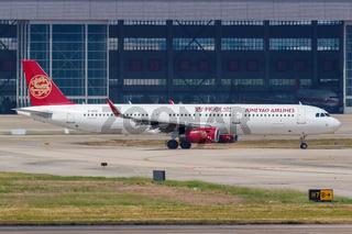 Juneyao Airlines Airbus A321 Flugzeug Flughafen Shanghai Hongqiao in China