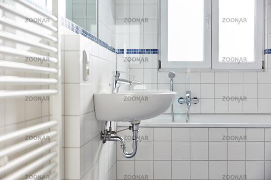 helles weißes Bad mit Waschbecken und Badewanne