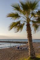Sonnenliegen am Strand