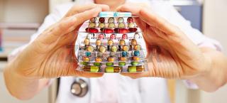 Hände vom Arzt halten Medikamente