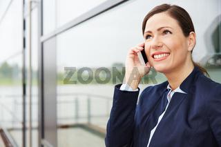 Geschäftsfrau am Smartphone hört zu