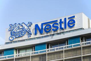 Nestlé Logo auf der Zentrale in Frankfurt
