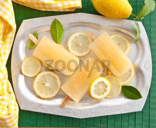 Frisches Zitroneneis am Stiel